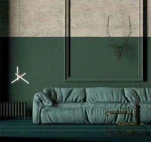 salon ambiance vert foncé, canapé vert sur mur en partie basse vert